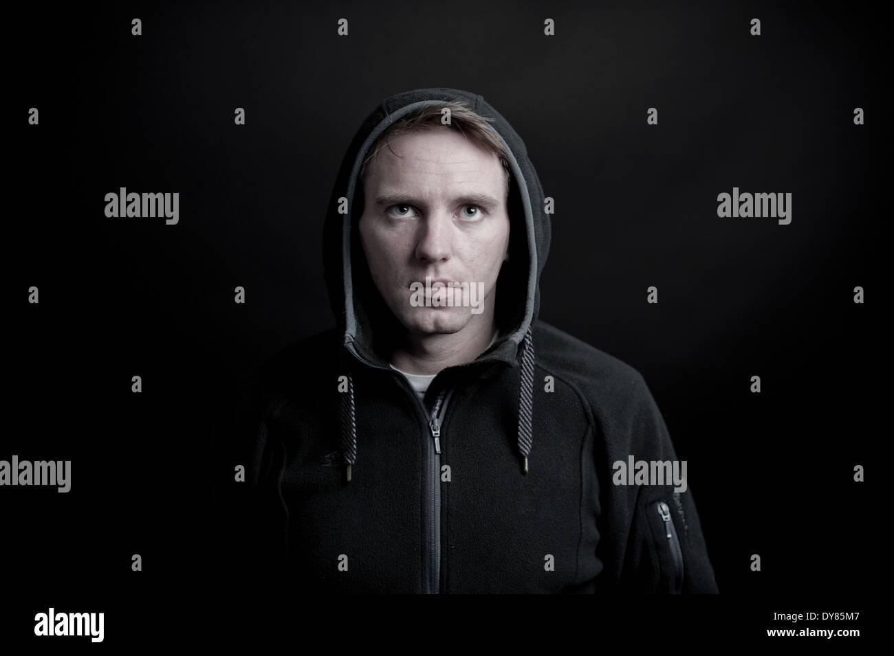 Jeune homme avec capuche Photo Stock