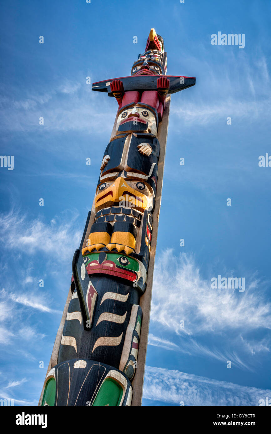 Totem Pole du centenaire, par Calvin Hunt à Duncan, Cowichan Valley, l'île de Vancouver, Colombie Photo Stock