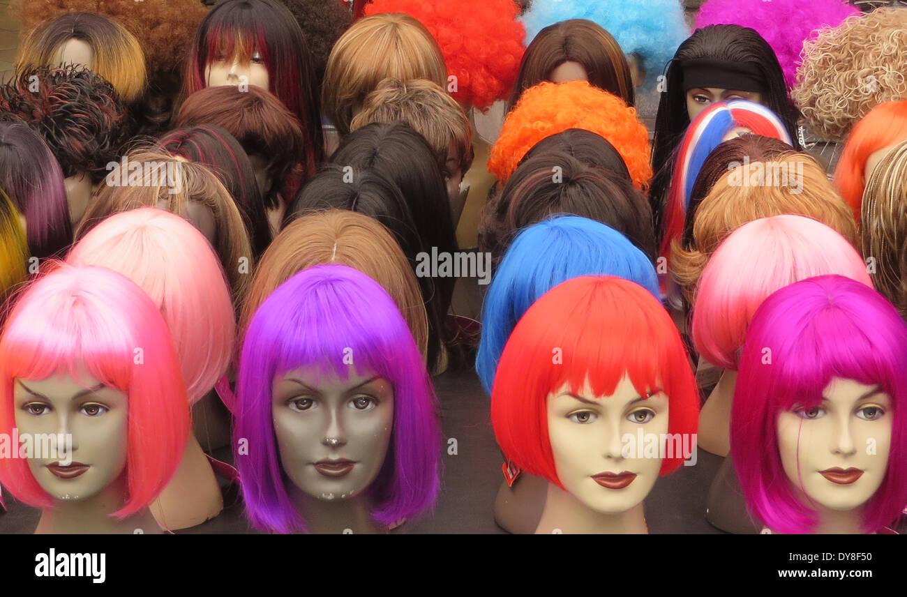 Les couleurs perruques au marché Albert Cuyp, le 26 mars 2014 à Amsterdam, Pays-Bas - Photo de Paulo Amorim Photo Stock