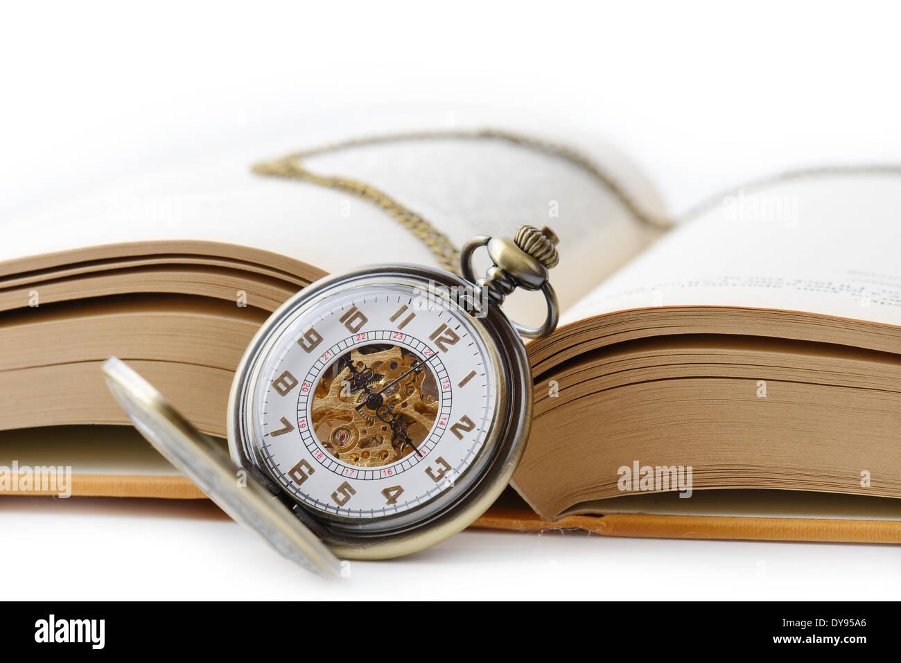 Ancienne montre de poche sur un livre ouvert Photo Stock
