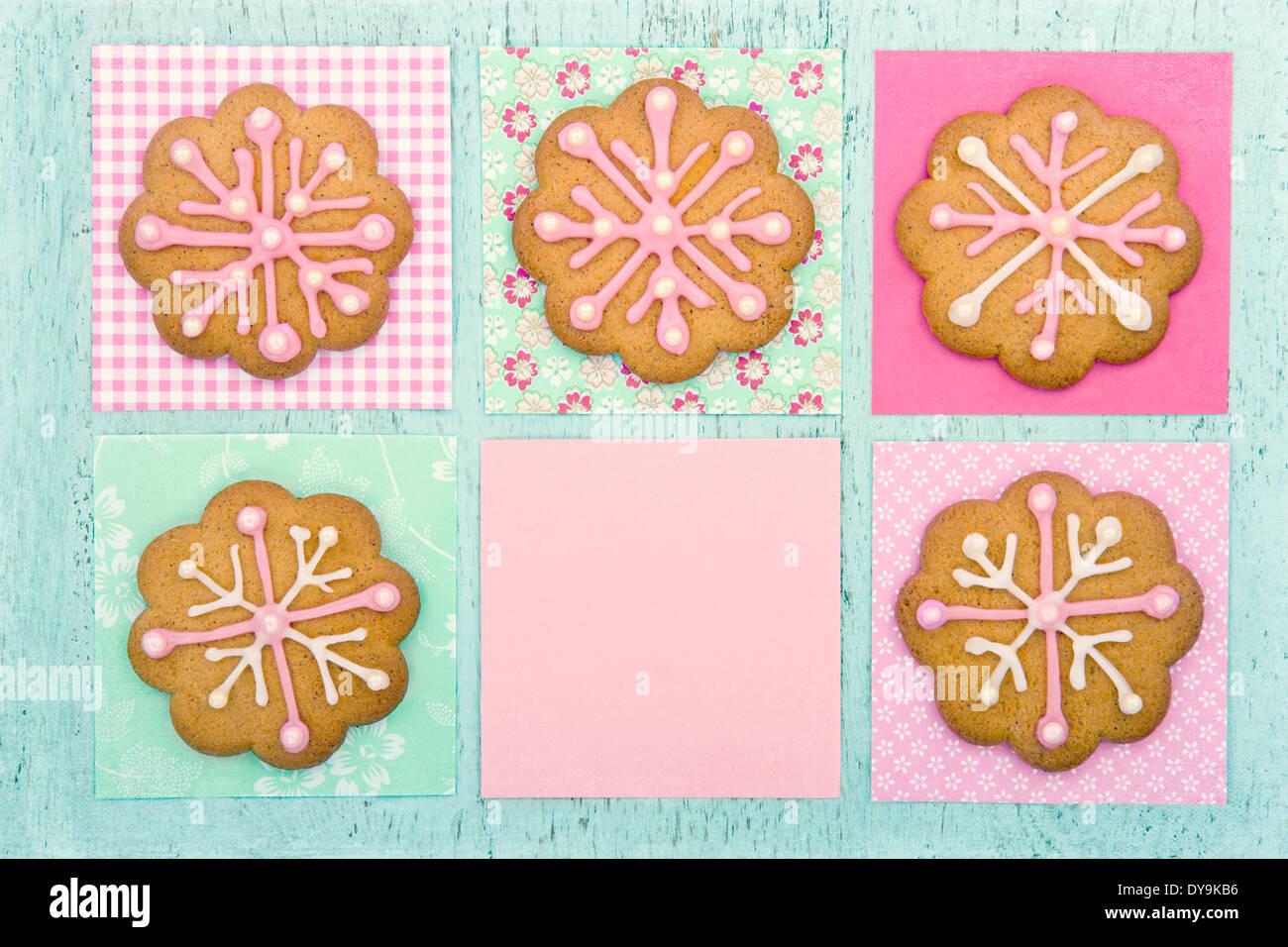 Gingerbread cookies de Noël avec glaçage rose sur fond de bois vintage bleu pastel Banque D'Images