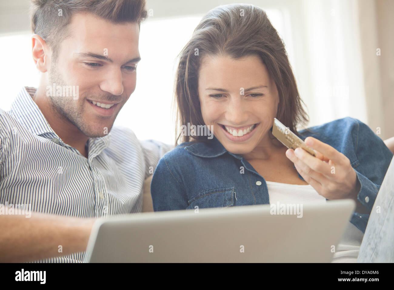 Couple shopping online ensemble Photo Stock
