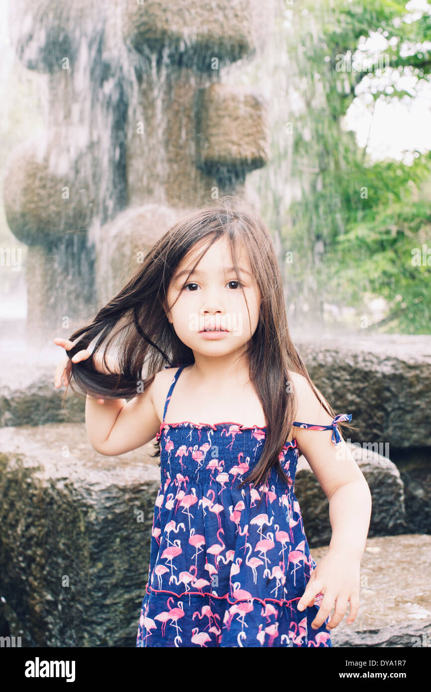 Petite fille par fontaine, portrait Photo Stock