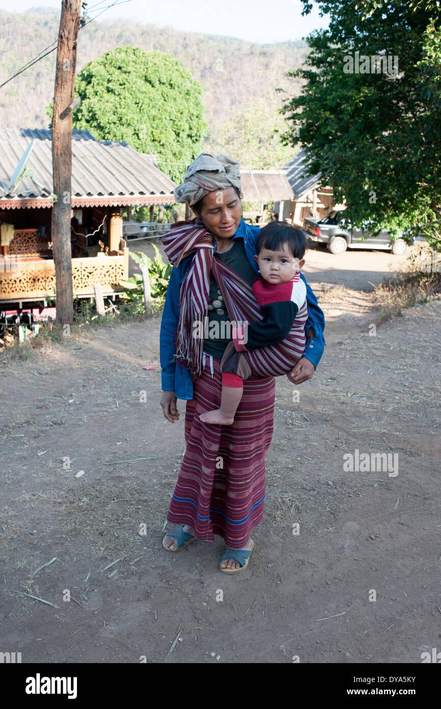 Fiers villageois regarde amoureusement à son enfant. Huay Pakoot, village du nord de la Thaïlande. Photo Stock