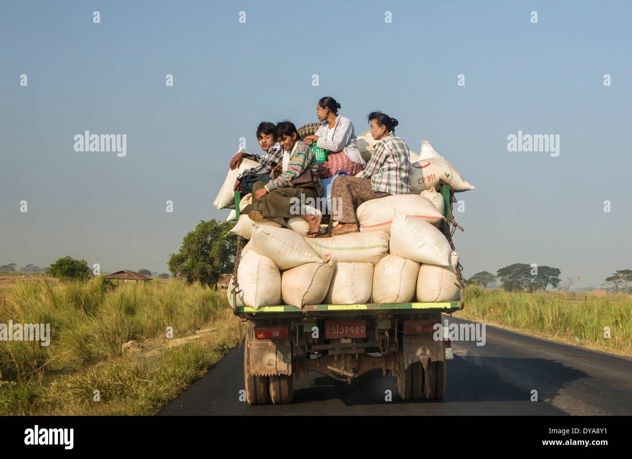 Transport local, Mon, Myanmar, Birmanie, Asie, dangereux, les gens, la circulation, les camions surchargés, Photo Stock