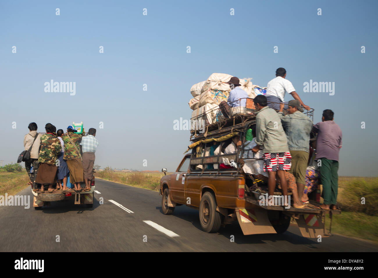 Transport local, Mon, Myanmar, Birmanie, Asie, dangereux, les gens, la circulation, les camions surchargés, Photo Stock
