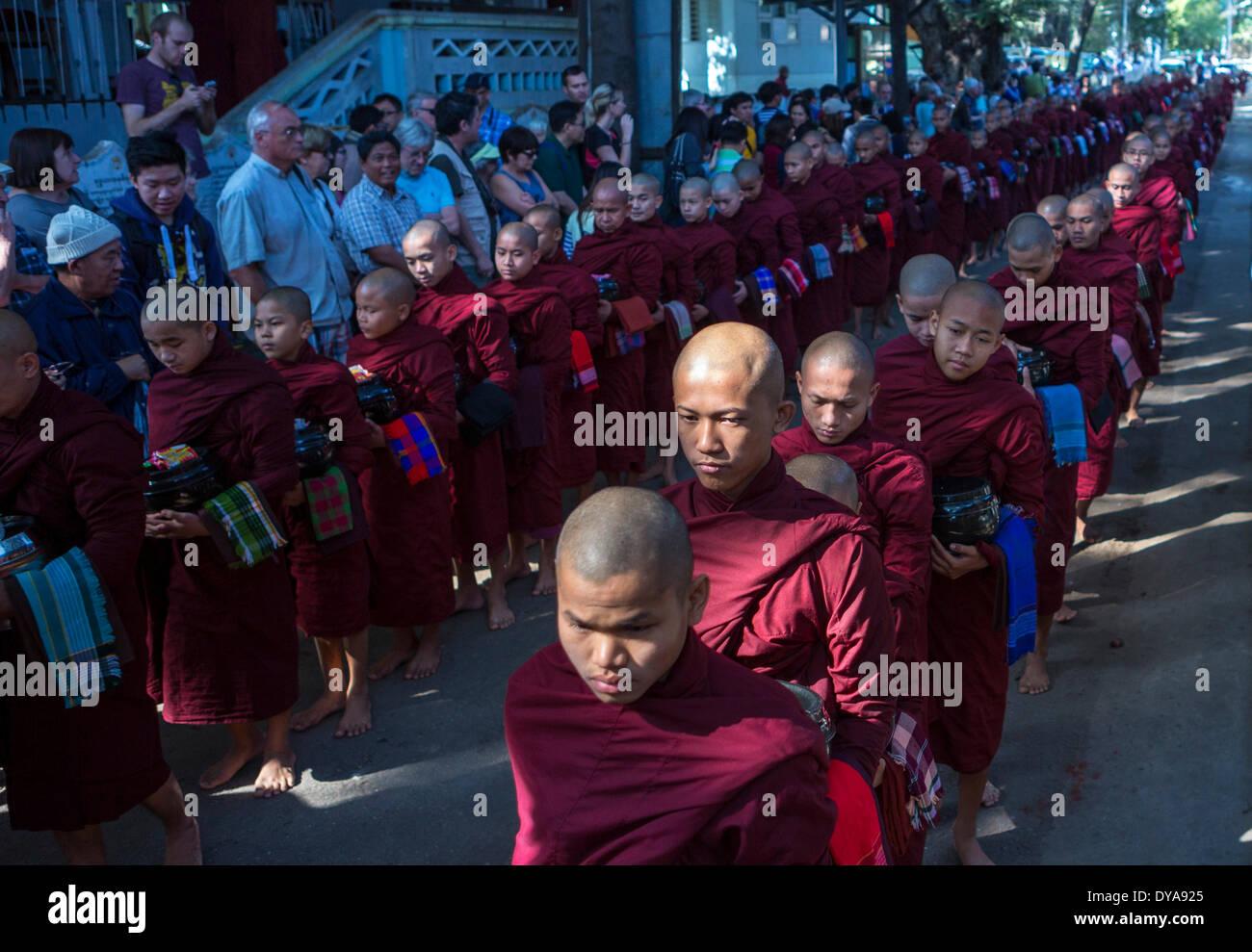 Mandalay Myanmar Birmanie Asie attraction Parade cue de distribuer des aliments monastère des moines prier religion tradition touristes Photo Stock