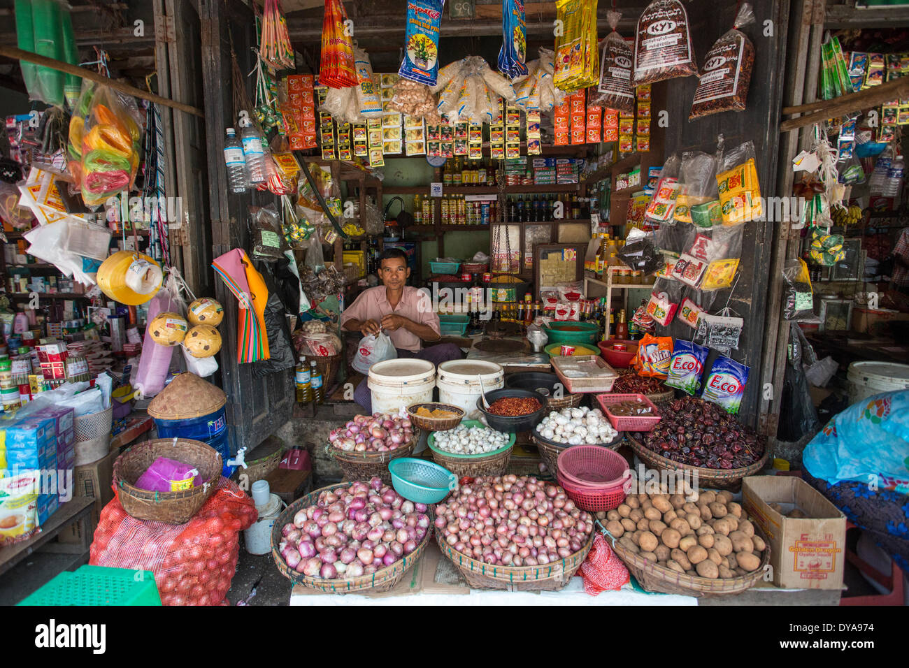 Le Myanmar, Birmanie, Asie, magasin, Yangon City, colorée, pratique, marché, ouvert, touristique, shop, traditionnel Photo Stock