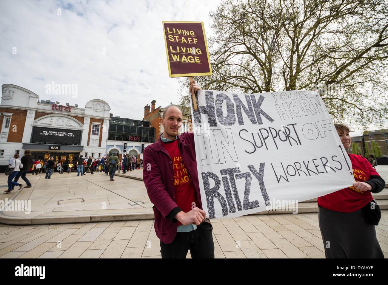 London, UK 11 avr, 2014 .. Ritzy Cinema à Brixton fermé comme les membres de l'union participent à une action de grève Crédit: Guy Josse/Alamy Live News Photo Stock
