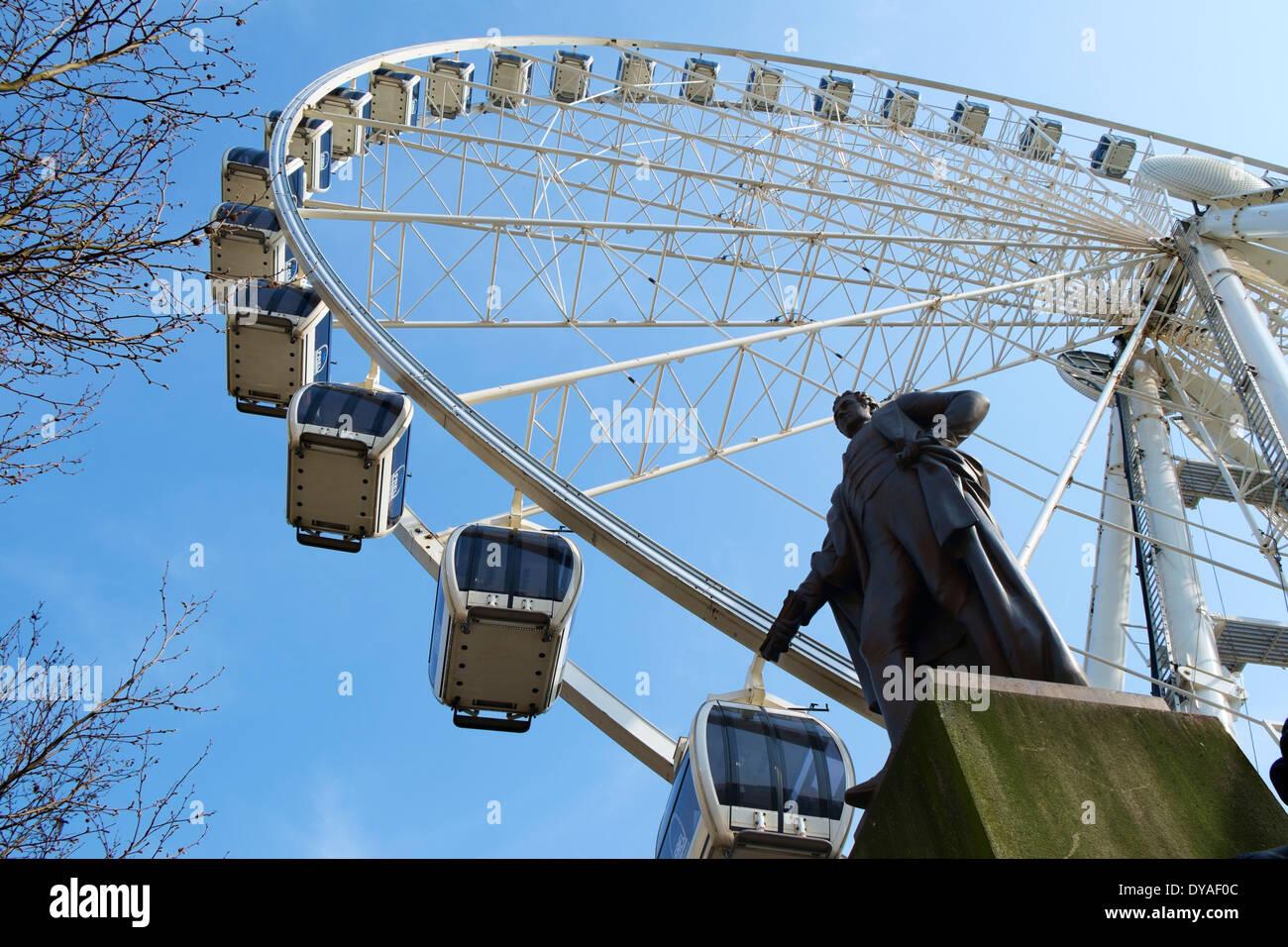 La roue de Manchester derrière une statue de W C Marshall, les jardins de Piccadilly, Manchester, Angleterre, RU Photo Stock