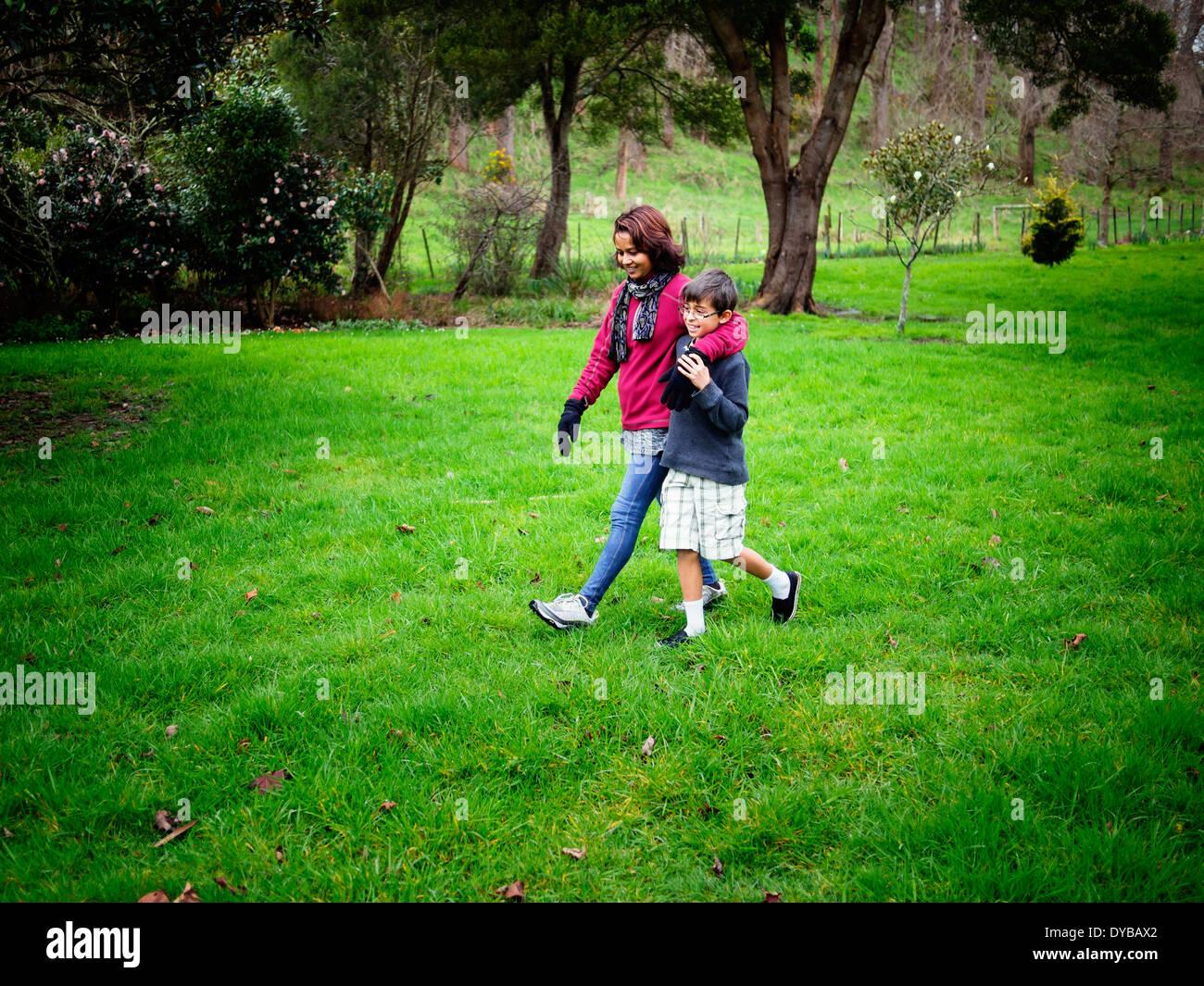 Mère et fils walking in park Banque D'Images