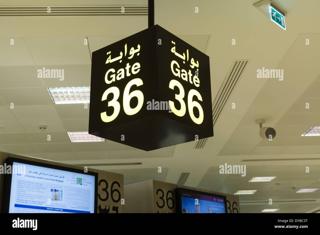 Jaune sur fond noir gate sign in airport Banque D'Images
