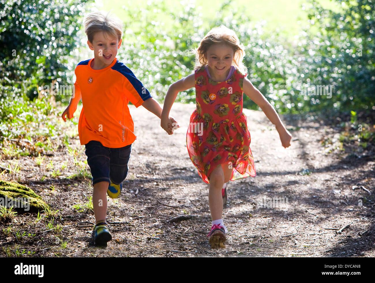 Jumeaux Fille Garçon : Des jumeaux garçon et fille de ans banque d images
