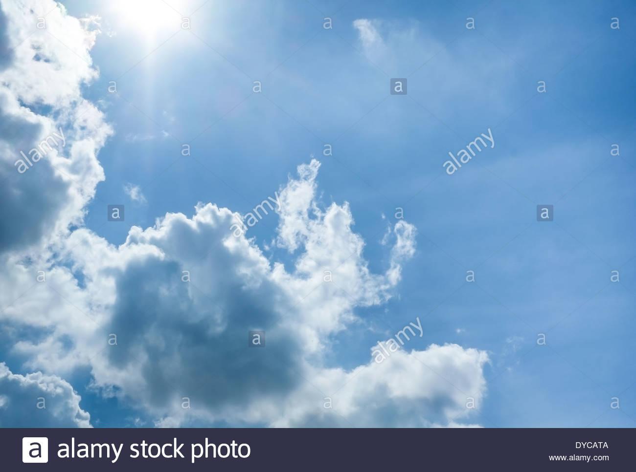 Beau ciel bleu avec des nuages et soleil Photo Stock