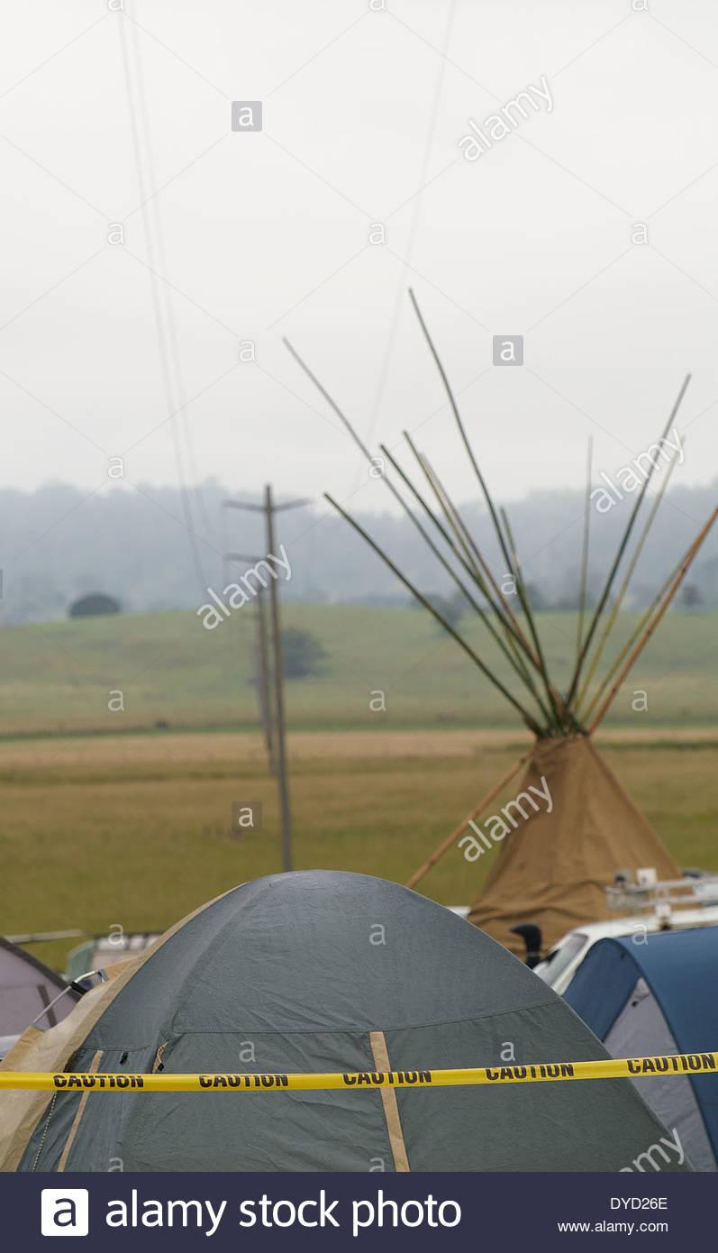 Tentes de protestation érigée sous les lignes à haute tension à une vache paddock, au blocus Bentley protester contre de gaz de couche; Metgasco dans Bentley, NSW, Australie. Photo Stock