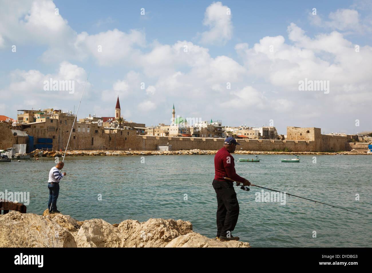 Les personnes qui pêchent dans la vieille ville d'Akko (Acre), Israël. Photo Stock
