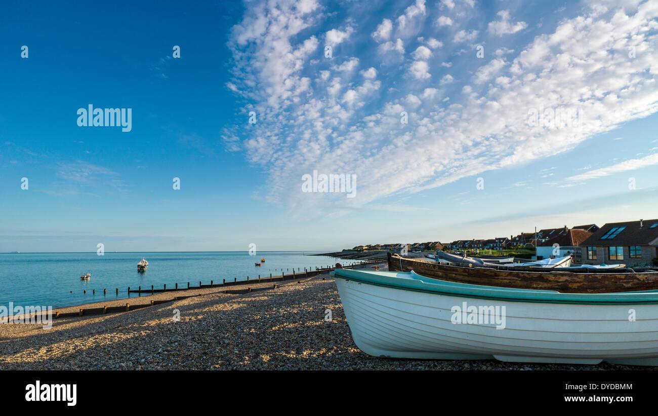 Afficher le long de Selsey beach près de sunset avec petits bateaux établi sur le bardeau. Photo Stock