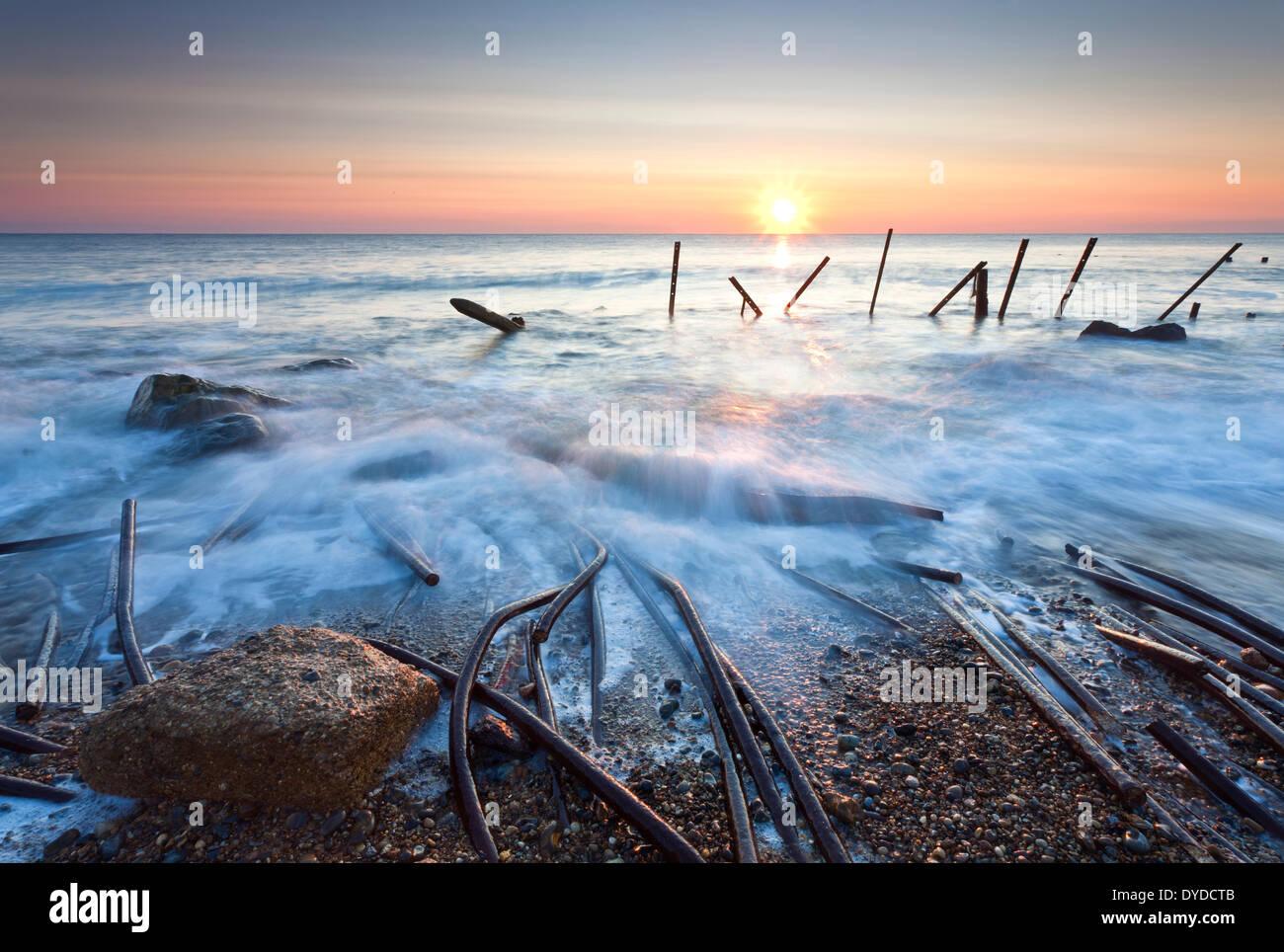Happisburgh beach et la défense de la mer à l'abandon au premier feu sur la côte de Norfolk. Photo Stock