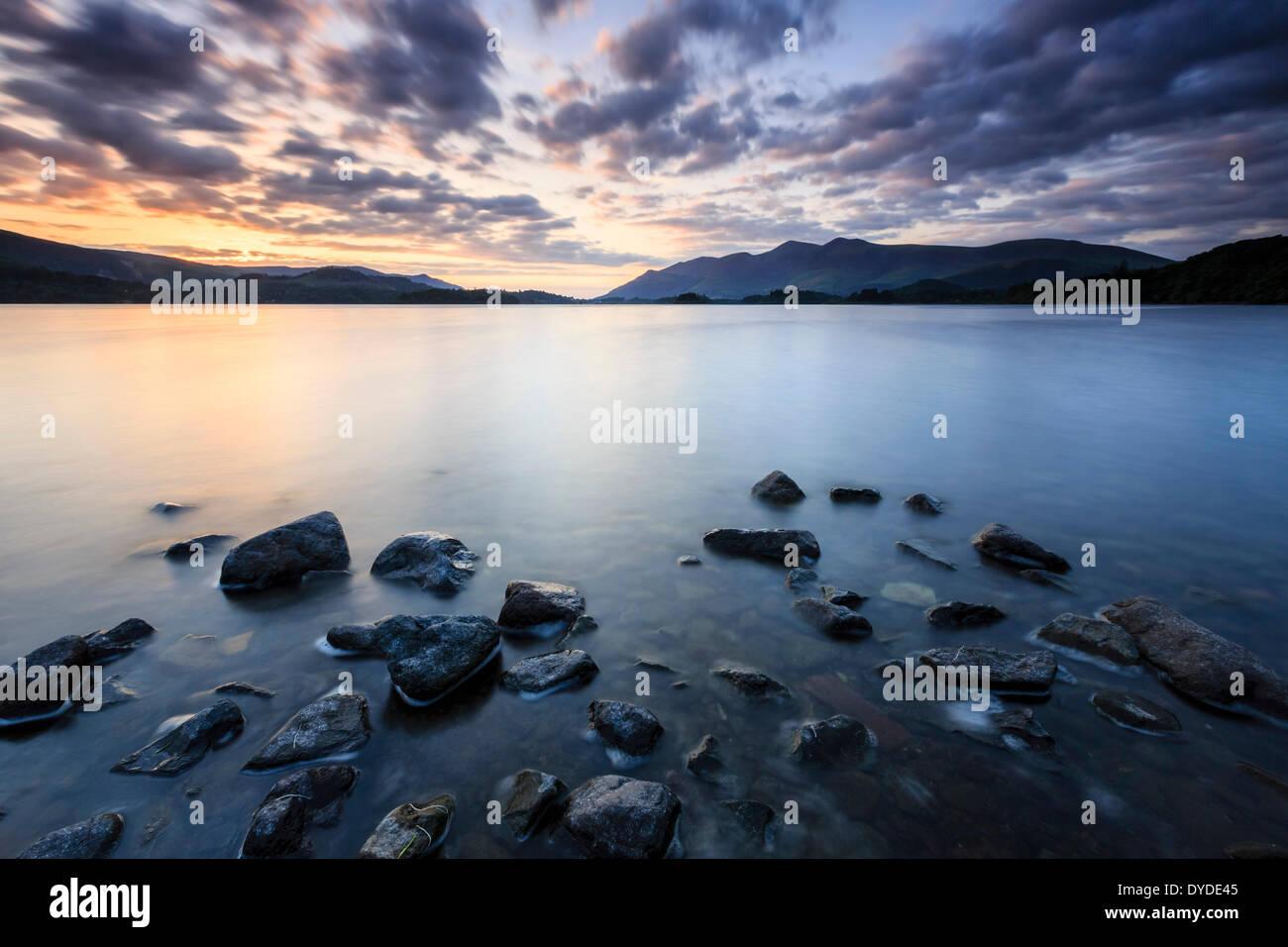 Coucher du soleil depuis les rives de l'eau près de Derwent jetée Ashness dans le Lake District. Photo Stock