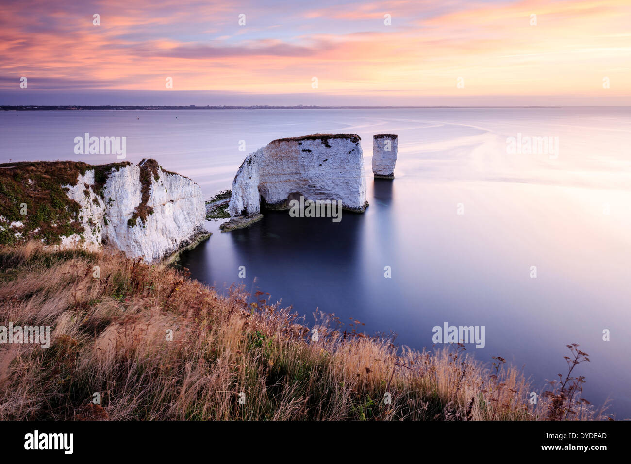 Lever de soleil sur l'Old Harry Rocks dans le Dorset. Photo Stock