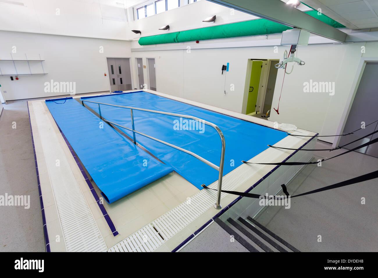 Piscine piscine avec rampe d 39 acc s pour les enfants for Piscine pour handicape moteur