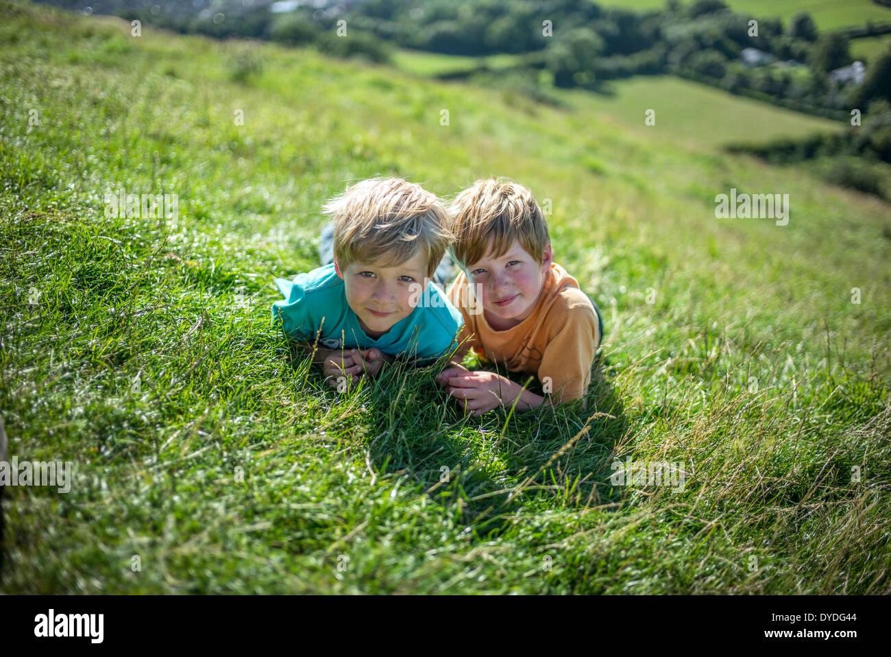 Deux garçons en haut de Tor de Glastonbury. Photo Stock