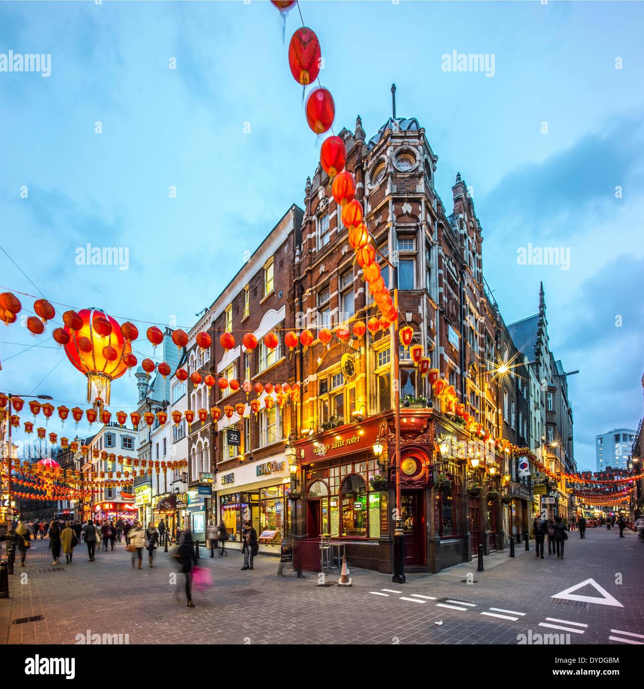 Décorations pour le Nouvel An chinois dans la région de Wardour Street à Londres au crépuscule. Photo Stock