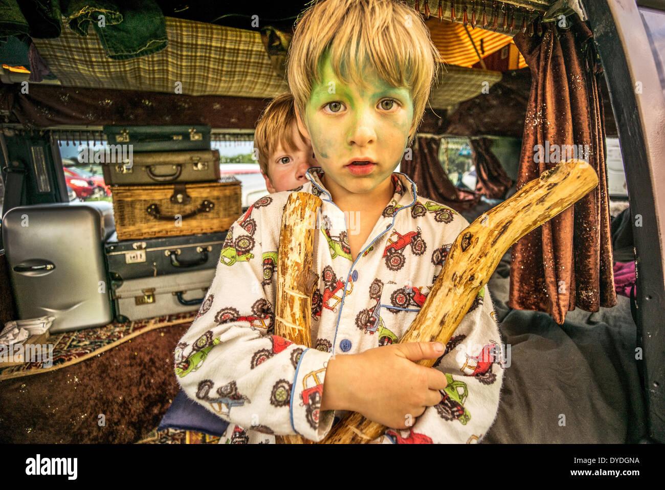 Deux garçons s'amusant dans un camping-car VW à un festival. Photo Stock