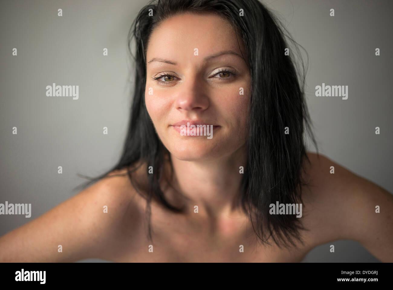 Belle femme avec des yeux noisette en studio. Photo Stock