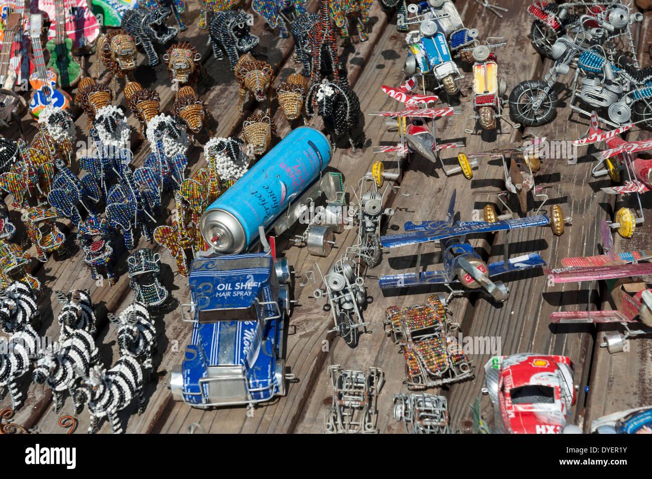 Affichage de l'artisanat de l'étain véhicules et d'animaux en métal et perles de verre, Simon's Town, Western Cape, Afrique du Sud Photo Stock