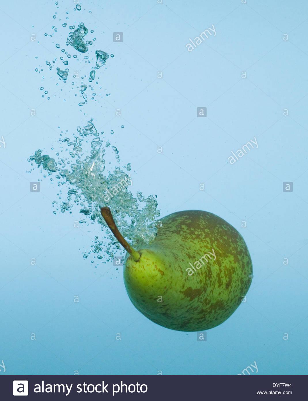 Poire splashing in water Photo Stock
