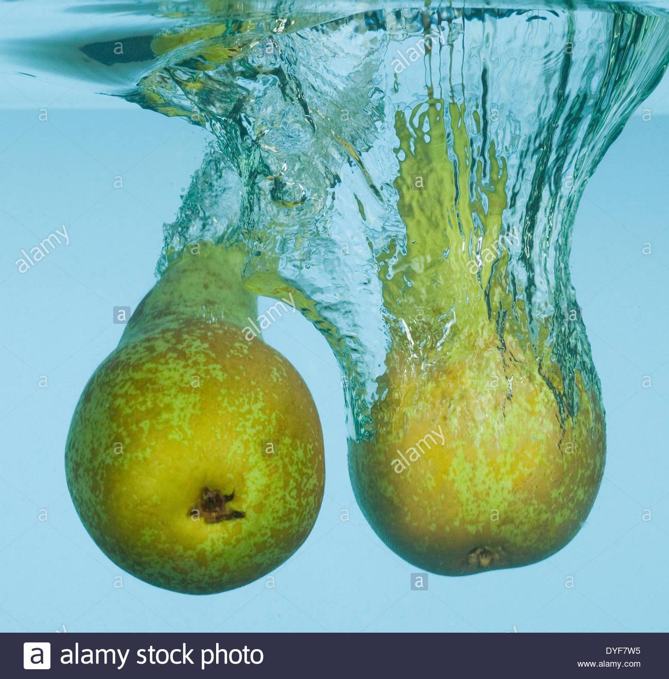 Les poires splashing in water Photo Stock