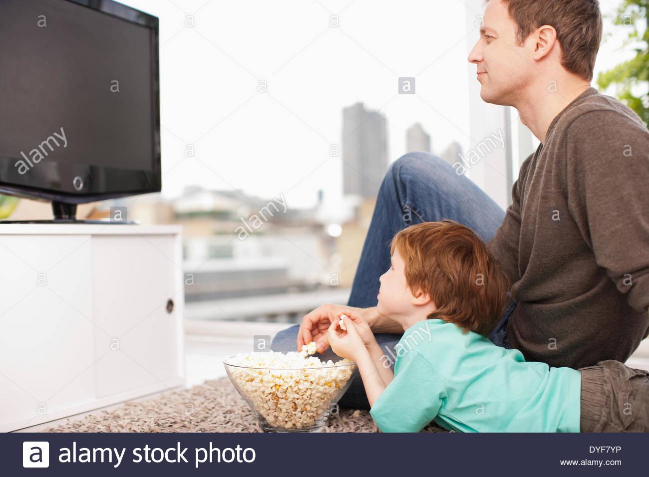Père et fils à regarder la télévision Photo Stock