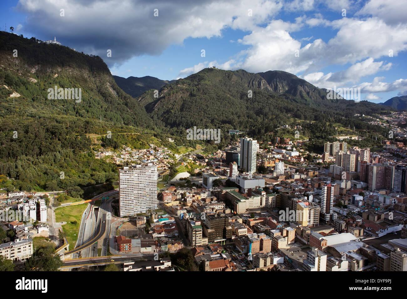 Vue panoramique de Bogotá, la capitale de la Colombie. Vue aérienne du centre de Bogota et de la montagne Monserrate (église) Photo Stock