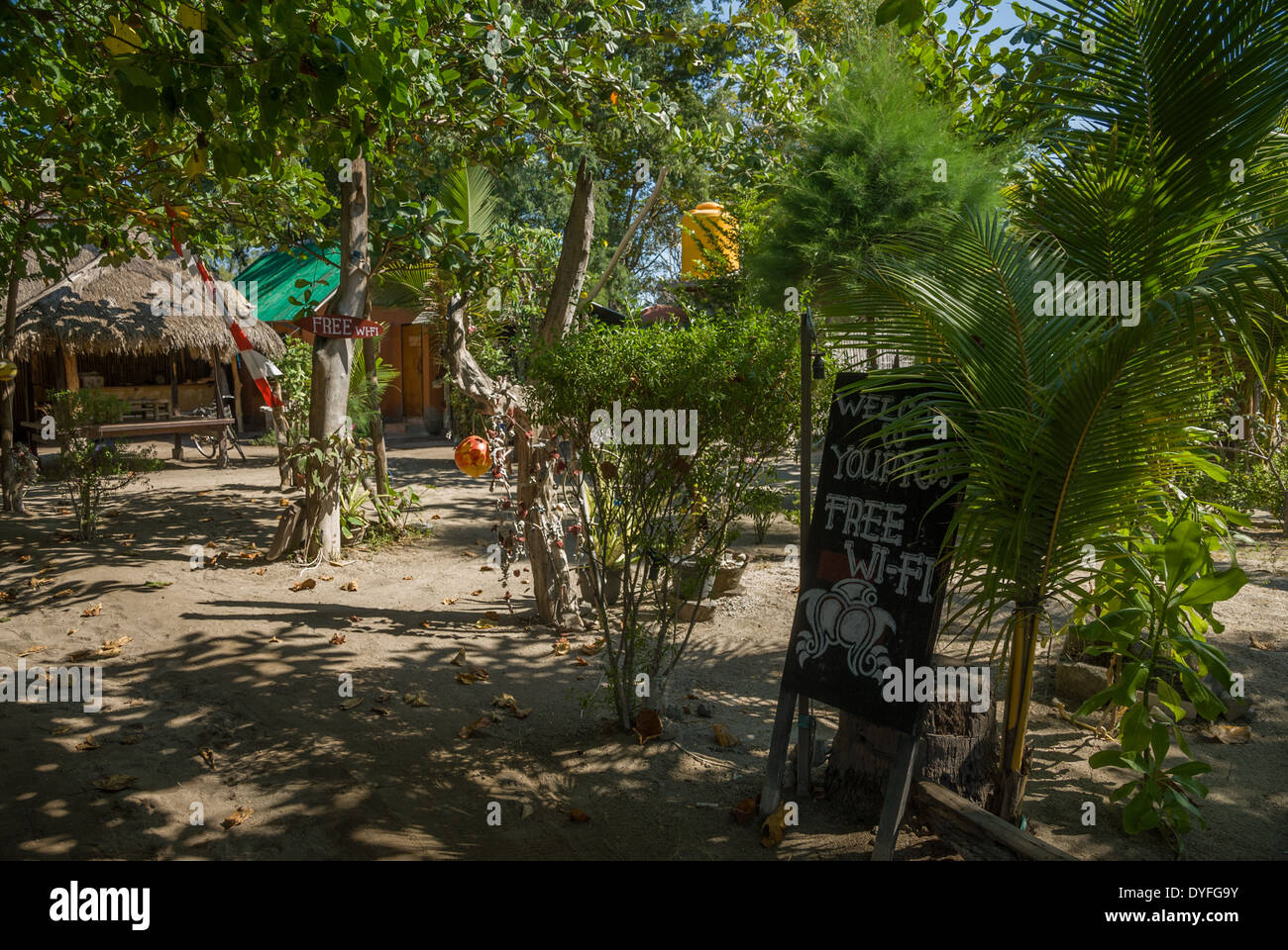 Restaurant bars locaux avec des arbres sur la plage avec wi-fi Thaïlande Nusa Lembongan Photo Stock
