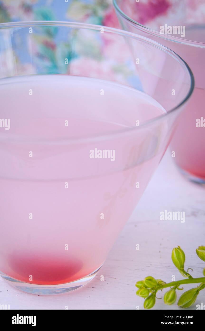 Un gros plan de deux martinis pomme rose Photo Stock
