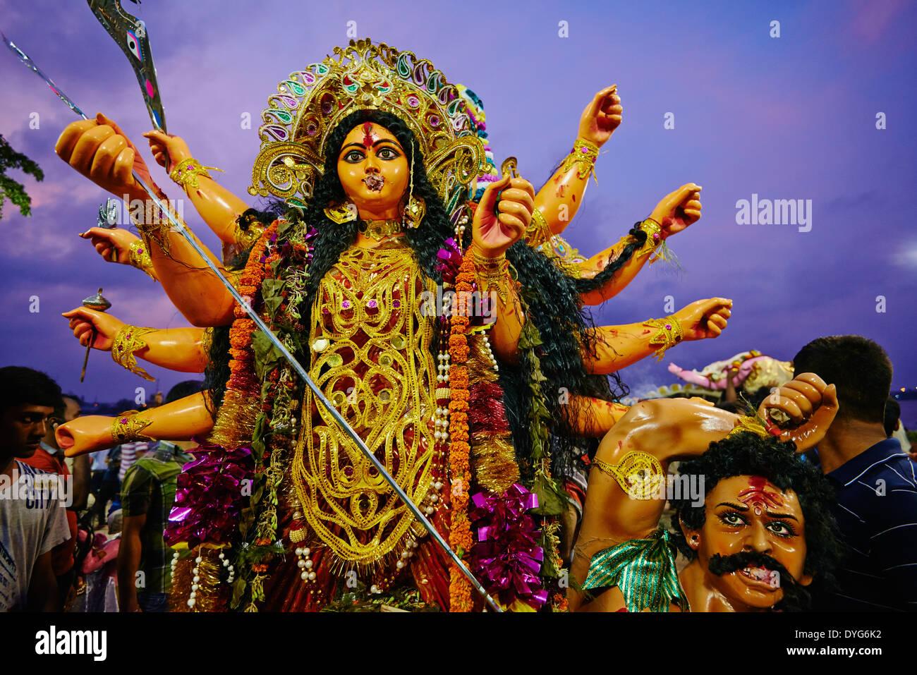 L'Inde, le Bengale occidental, Calcutta, Calcutta, à la fin de Durga Puja les idoles sont jetées à la rivière Hooghly Photo Stock