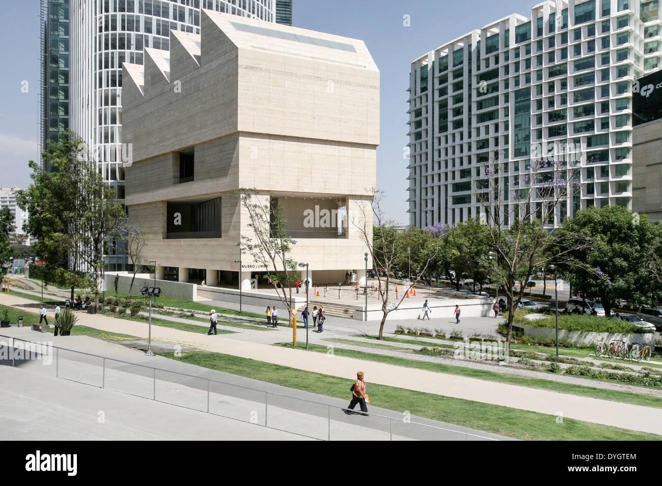 Extérieur élégant de travertin clad Museo Jumex dans son contexte d'utilisation mixte Plaza Carso avec des tours d'appartements & office building Photo Stock