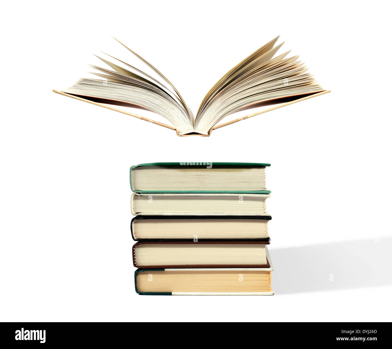 Portrait d'un livre ouvert flottant au-dessus de pile Photo Stock