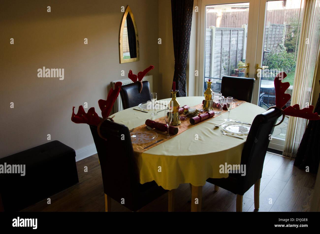 Table à manger . Définir les lieux de repas prêt pour Noël Photo Stock