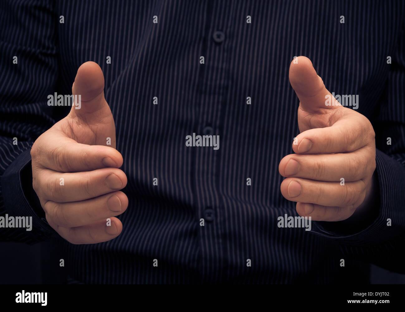 Le geste ou l'homme montrant la taille de quelque chose Photo Stock