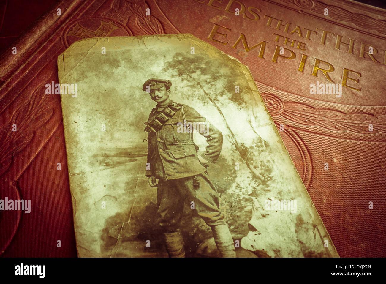 Photographie de John Edward William Samuels (DCM, MM), Artillerie royale, sur le volume des actes qui captivent l'Empire dans lequel il a joué. Photo Stock