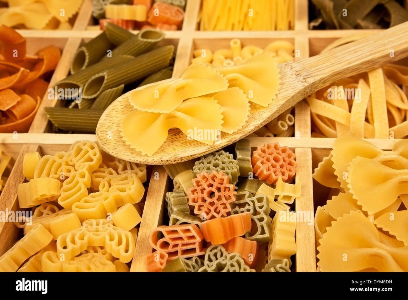 Différentes sortes de pâtes disposées en boîte en bois avec une ...