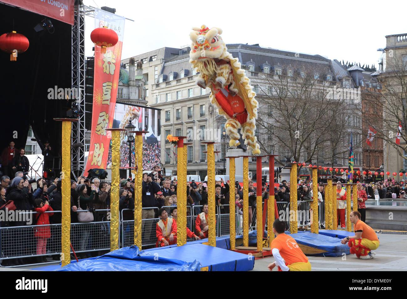 La spectaculaire danse du Lion pour le Nouvel An Chinois, 2014, année du cheval, Trafalgar Square, Londres Photo Stock