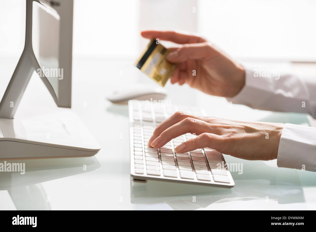 Woman shopping sur internet à l'aide d'ordinateur et une carte de crédit Photo Stock