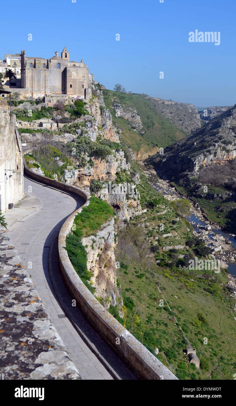 Matera Italie du sud, la rivière Gravina s'exécute en petit canyon.Les hôtels de style grotte vendre logement à ceux de l'expérience thatenjoy Photo Stock