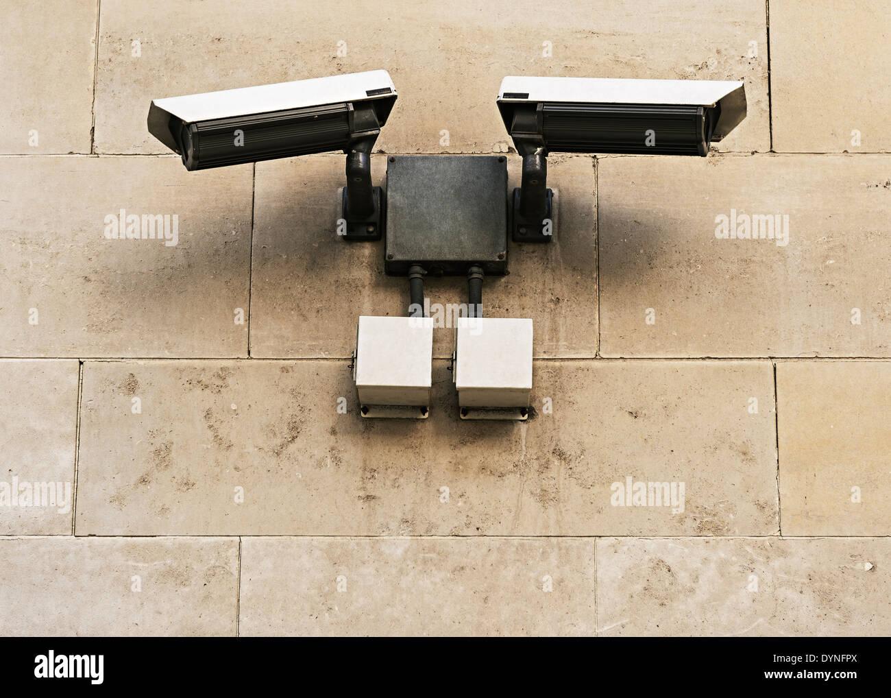 Caméras de sécurité CCTV monté sur un mur, Londres, Royaume-Uni. Photo Stock
