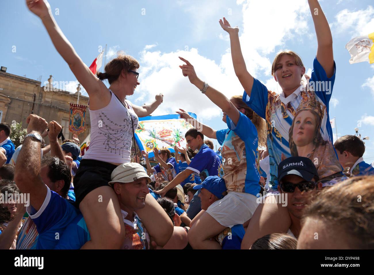 La danse des fêtards aux thèmes de la paroisse de la ville sainte qui sont joués par l'orchestre au cours de la ville fête catholique, Malte Photo Stock