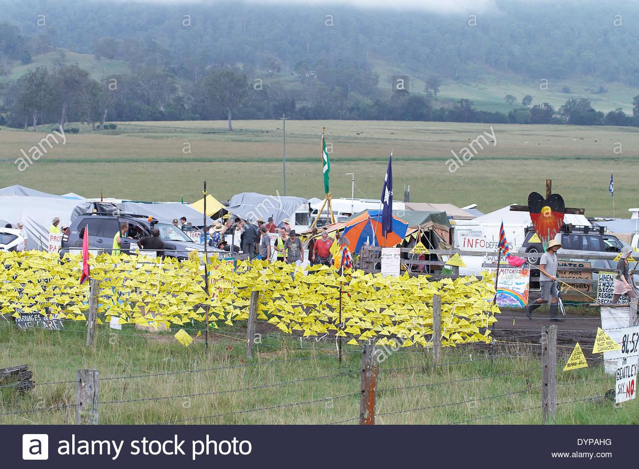 """D'innombrables messages de soutien - écrit sur """"verrouiller la porte en plastique jaune des triangles - contre l'extraction minière; plans de csg au blocus 'Bentley' camp, en 2014. Photo Stock"""