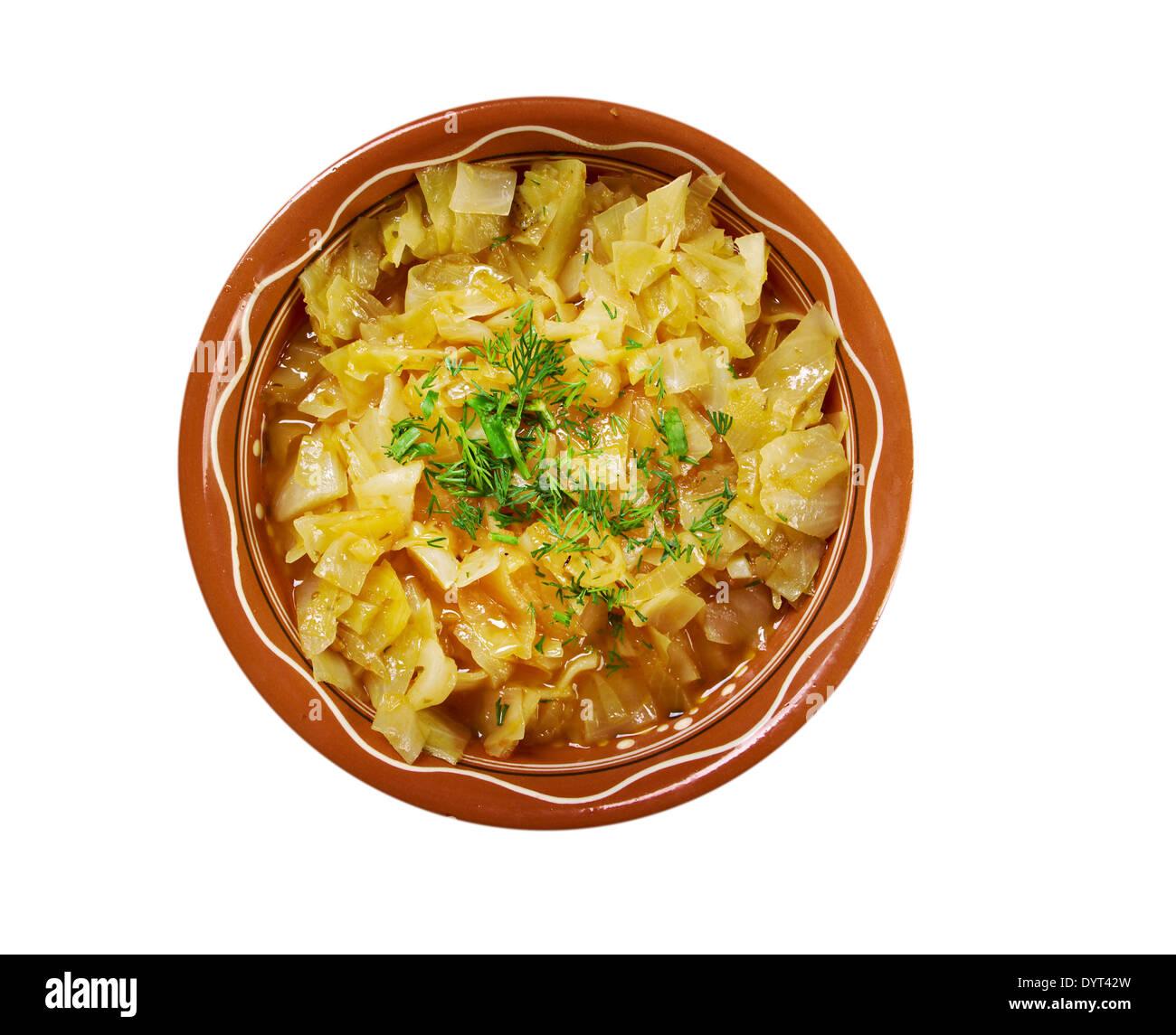 Ragoût de chou plat d'une cuisine copieuse ,ferme ..isolé sur fond blanc Photo Stock